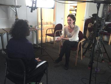 Johanna Wester gör intervjuer om diskriminering